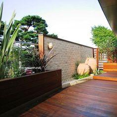 隣地の視線が気になる場所こそ、おしゃれな壁を作る。 ・ 濃い色合いのウッドとみどりのコントラストが庭をリゾートのような雰囲気に。 ・ #ザシーズン #ガーデン #ガーデンデザイン #庭 #お庭 #庭のある暮らし #緑のある暮らし #緑 #暮らしを楽しむ #暮らし #ザシーズン世田谷 #松田真輔 #リノベーション #住まい #マイガーデン #マイホーム #garden #gardendesign #green #素敵 #landscape #photo #theseason #造園  #リゾート #myhome #mygarden #新築 #家づくり #おしゃれ