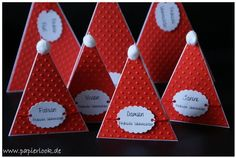 """Tischkarten """"Weihnachtsmannmütze"""" in rot mit lustiger Plüschbommel.   Die Beschriftung des Anhängers wird ganz nach euren Wünschen gestaltet. Entweder nur der Name des Gastes oder wie auf den..."""