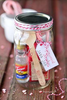 Peppermint Mocha Java Jar is a mason jar gift for the coffee lovers in your life! Peppermint Mocha Java Jar is a mason jar gift for the coffee lovers in your life! Mason Jar Christmas Gifts, Mason Jar Gifts, Mason Jar Diy, Gift Jars, Holiday Gifts, Christmas Gift Kits, Christmas Crafts, Christmas Presents, Handmade Christmas