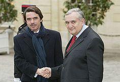 Aznar estrecha la mano al Primer Ministro de Francia, Jean-Pierre Raffarin en diciembre de 2003.