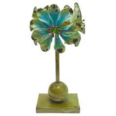 Candelabro de metal con flores azules