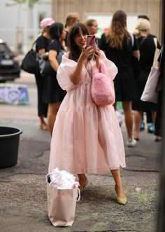 32 modern wedding dresses for brides and guests – Fashion Trends and Street St. - 32 modern wedding dresses for brides and guests – Fashion Trends and Street Style – People & Styles Street Style Chic, Street Style Outfits, Looks Street Style, Urban Street Style, Fashion Outfits, Womens Fashion, Street Style Trends, Spring Street Style, Fashion Weeks