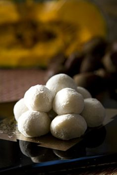 Tsukimi dango (rice dumplings) and autumnal foods such as pumpkin and chestnuts are offered to the moon during O-tsukimi. Japanese Sweets, Japanese Food, Japanese Wagashi, Japanese Candy, Japanese Recipes, Fall Dishes, Healthy Food Options, Asian Desserts, Autumn Harvest