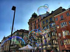 BeschreibungDie Maria-Theresien-Straße, benannt nach Kaiserin Maria Theresia, ist eine breit angelegte, leicht gekrümmte Pracht- und Geschäftsstraße und ein zentraler Straßenzug Innsbrucks, der auf die erste Stadterweiterung im 13. Jahrhundert zurückgeht. Innsbruck, Ferris Wheel, Fair Grounds, Clouds, Department Store, Train, Summer, Cloud