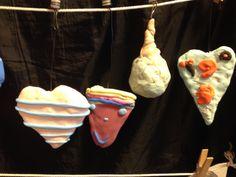 Juletræslysholdere lavet at børn 6-8 år. (Kan laves af yngre og ældre børn også). Find nogle gamle lyseholdere til juletræet og pynt dem. Start med at lave en figur af staniol og beklæd den med silk clay. Når den er tør kan den evt dyppes i paverpol skulpturlim. Lad den dryppe af og tørre igen.