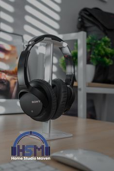 Give the best gift for your musician girl or boy friends by giving them a great black with cool aesthetic headphones. Best Studio Headphones, Computer Headphones, Over Ear Headphones, Listen To Song, Music Aesthetic, Listening To Music, Good Music, Headset, Best Gifts