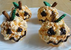 Halloween Popcorn Balls - Halloween Recipes for Kids Halloween Popcorn, Halloween Desserts, Halloween Treats, Halloween Recipe, Halloween Goodies, Halloween Jack, Holidays Halloween, Halloween Party, Fall Recipes