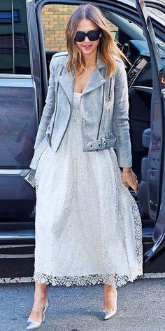 Jessica Alba : perfecto gris souris et robe blanche, un look parfait à l'approche du printemps !