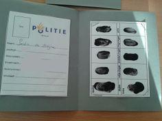 Politie boekje maken thema: de politie. Maak aan de ene kant van het boekje plaats voor de gegevens van de kinderen. Dan kun je met zwarte verf vingerafdrukken afnemen voor aan de andere kant van de bladzijde van het politieboekje. Aan de voorkant kun je het logo van de politie plakken.