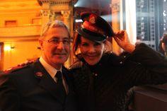 Major Peter Wright von der Heilsarmee in Australien zusammen mit der australischen Entertainerin und Autorin Rhonda Burchmore.
