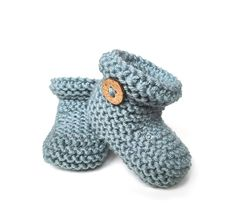 Knitted Baby Booties – Easy Pattern & Tutorial, Knitted Baby Booties -Two needle EASY Knitting Pattern & tutorial. Knitted Baby Boots, Baby Booties Knitting Pattern, Knit Baby Shoes, Knit Baby Booties, Baby Hats Knitting, Knitted Headband, Crochet Boots, Beanie Pattern, Easy Knitting Projects