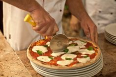 Nejoblíbenější pizza na světě je tak jednoduchá, že se na ní můžete perfektně naučit přípravu tohoto obloženého plochého chleba typického pro italskou kuchyni. Její geniálně zkomponovaná chuť slouží jako měřítko schopností vsoutěži o nejlepší pizzu či pizzaře. A Pitta, Italian Recipes, Quiche, Food And Drink, Baking, Breakfast, Ethnic Recipes, Lasagna, Morning Coffee