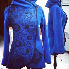 Tapado polar azul con aplicaciones de telas recicladas #otoño #invierno #fall #winter #fashion #moda #instapuq #instamoda #instafashion #instachile #chile #instalike #coat #patagonia #puntaarenas #recycled #diseño #design #artesanía #NYFW #newyorkfashionweek