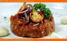 """Pravý tatarák z pravej sviečkovice Pokrm (nielen) drsných chlapov. Nejeden má svoj """"najlepší"""" recept. Ingrediencie 100 g kvalitného chudého bezšľachového hovädzieho mäsa. Najčastejšie hovädzia sviečková ale môže byť aj zo stehna. 1 žĺtok 1 menšia cibuľa štipka čierne hokorenia 2 štipky soli 1 PL kvalitného olivového oleja 3-4 frčky tabaska 5-6 frčiek worčestrovej omáčky 1/2 …"""