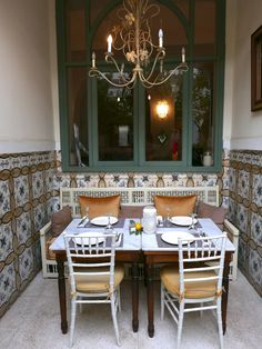 With so much to see and do in Marrakech, its hard to find time to pick out a great place to eat. Here I give you my top 5 must stops for lunch and dinner in Marrakech