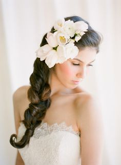 If theres one thing that will brighten my day in a heartbeat, its fresh flowers. And weve got plenty of em to go around. But quite possibly my favorite of all is when theyre added to a gorgeous wedding hairstyle. Dont you just feel like a beauty with a flower in your hair? Here are a handful…
