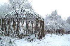 verschneite weidenhäuser