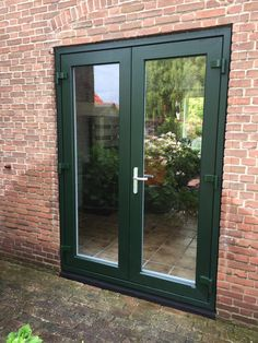 And a green frame with grain. With 7 point closure and hinges in dark green. Aluminum handle with lock. A sill of na Door Makeover, Green Windows, Double Doors, Types Of Doors, Door Design, Window Frames, Green Frame, Diy Door, Modern House