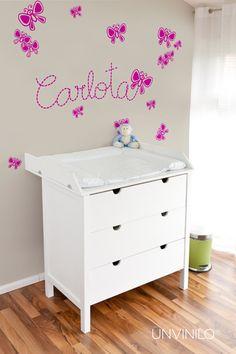 Vinilo decorativo infantil compuesto de Mariposa y el nombre de tu peque.
