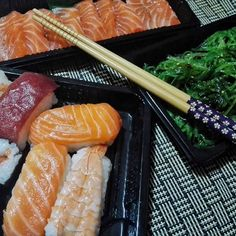 Addio e grazie per tutto il pesce!  Serata film e sushi, con le nuove bacchette @flyingtigeritalia!  #laforchettasullatlante #foodporn #sushi #sashimi #wakame