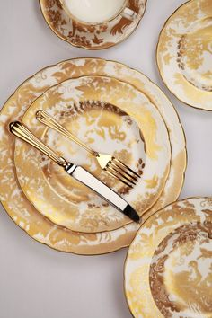 e0e4d53641a4 Beautifully opulent 22 carat gold on white is a perfect place setting for a  wedding.
