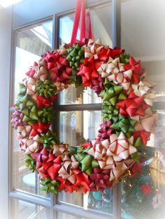 Corona de lazos o moños de navidad, se pueden hacer de un mismo color o gama de colores. y podemos reutilizar los moños de los regalos que nos hacen en el año.