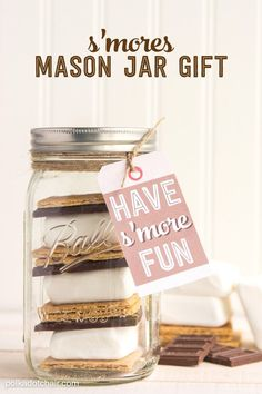 Cute DIY Mason Jar Gift Ideas for Teens - DIY S'mores Mason Jar - Best Christmas Presents, Birthday Gifts and Cool Room Decor Ideas for Girls and Boy Teenagers - Fun Crafts and DIY Projects for Snow Globes, Dollar Store Crafts and Valentines for Kids Mason Jar Gifts For Christmas, Neighbor Christmas Gifts, Best Christmas Presents, Neighbor Gifts, Family Christmas, Christmas Ideas, Pot Mason Diy, Mason Jar Crafts, Gifts For Teens
