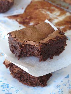 Un fondant au chocolat sans complexe. Il ne contient ni beurre, ni farine. Le beurre est remplacé par de la compote de pomme et la farine par de la poudre de noisettes