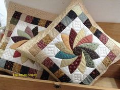 Ideas Patchwork Quilt Diy Free Pattern For 2019 Patchwork Cushion, Patchwork Patterns, Patchwork Quilting, Quilted Pillow, Quilt Block Patterns, Applique Quilts, Quilt Blocks, Patchwork Designs, Mini Quilts