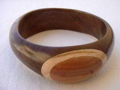 Pulseira feita artesanalmente em madeiras marchetadas. Tamanhos personalizados.