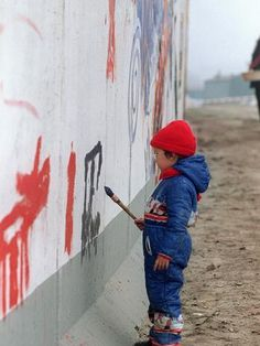 Símbolo da divisão da nação, Muro de Berlim se tornou espaço para pinturas de 1989 para cá  Foto: AFP