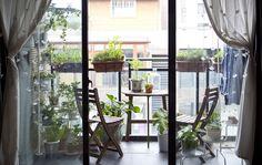 Los muebles plegables ocupan muy poco espacio y permiten a Justin utilizar su balcón para hacer diferentes cosas