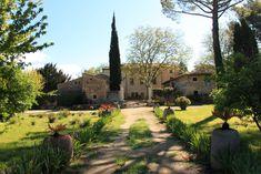 Allée arborée et fleurie #edouardloubet #maisonsedouardloubet #legalinierdelourmarin #galinier #luberon #myluberon #provence