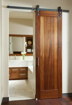 salle de bain avec une porte en bois foncé, portes coulissantes, idée, aménagement