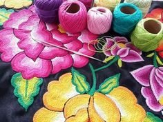 Background art Embroidery that stands out of this culture are the costumes of the Tehuanas. This one is characterized by flowers in striking colors, embroidered in a huipil of satin or black velvet. Mexican Embroidery, Folk Embroidery, Learn Embroidery, Embroidery Stitches, Embroidery Patterns, Machine Embroidery, Folklore, Mexican Artwork, Mexican Textiles