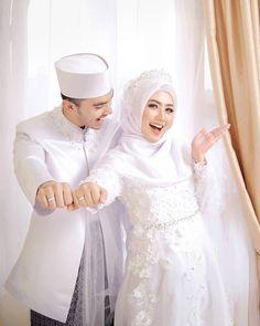 ideas for wedding dresses simple hijab Muslimah Wedding Dress, Muslim Wedding Dresses, Wedding Hijab, White Wedding Dresses, Wedding Bridesmaids, Bridesmaid Dress, Dress Wedding, Wedding White, Diy Fashion Decor