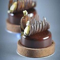 No photo description available. Elegant Desserts, Beautiful Desserts, Fancy Desserts, Chocolate Garnishes, Chocolate Desserts, Chocolate Decorations, Köstliche Desserts, Delicious Desserts, Mini Dessert Recipes