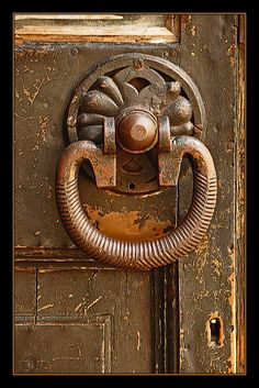 Door knockers unique 72 - Savvy Ways About Things Can Teach Us Door Knockers Unique, Door Knobs And Knockers, Vintage Door Knobs, Antique Door Knobs, Cool Doors, Unique Doors, Door Detail, Door Accessories, Door Furniture