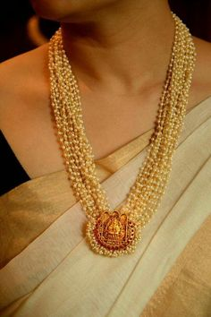 Exquisite traditional Kerala Temple Jewellery / Temple Jewelry: Muthu malai with padhakkam, with small pearls, strung with gold thread, and religious gold motif. Kerala Jewellery, India Jewelry, Temple Jewellery, Jewellery Shops, Jewelry Stores, Jewellery Box, Indian Gold Jewellery, Antique Jewellery, Jewelry Sets