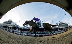 El caballo California Chrome, con el jinete mexicano Víctor Espinoza en el sillín, se impuso en la edición 140 del Kentucky Derby.