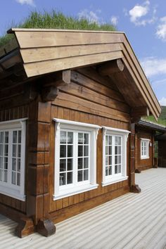 Post and beam houses Small Log Cabin, Post And Beam, House In The Woods, Log Homes, Beams, Arch, Garage Doors, Sweet Home, Cottage