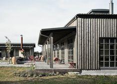 Villa AK by m. Café Exterior, Craftsman Exterior, Exterior Cladding, Exterior Remodel, Cottage Exterior, Cottage Design, House Design, Design Hotel, Haus Am See