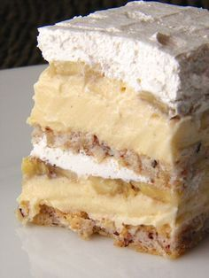 Kolač/torta bijeli Egipat - I'm pretty sure that means banana cream pie cake ; Egyptian Desserts, Egyptian Food, Czech Recipes, Russian Recipes, Delicious Desserts, Dessert Recipes, Yummy Food, Banana Cream Pie Cake, Donuts