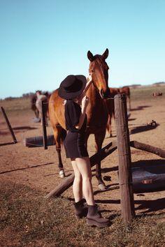 sesiones de fotos con caballos Creative Pictures, Dali, Cowgirls, Horses, Animals, Birthday Photo Shoots, Funny Pics, Bebe, Animales