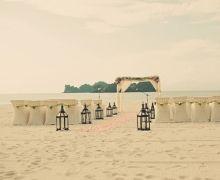 they've gone coastal! say i do at the ocean's altar. #wedding