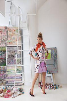 Vogue Mexico mayo 2014De belleza poética, Arizona Muse es nuestra top de portada del mes de mayo. La modelo, madre, actriz y empresaria evoca nuestro ideal de la mujer del siglo XXI a través de una colorida y artística fusión de patrones y texturas que te inspirarán esta primavera. Una producción realizada por nuestra Directora de moda, Sarah Gore-Reeves, con la fotografía de Greg Lotus.