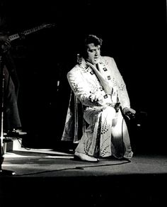Elvis on stage in Chicago in june 16, 1972.