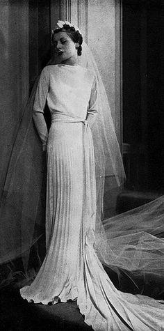 6 Beautiful Wedding Dress Trends in 2020 Vintage Wedding Photography, Vintage Wedding Photos, Vintage Bridal, Vintage Glamour, Vintage Weddings, Vintage Gowns, Vintage Outfits, Vintage Fashion, 1930s Fashion