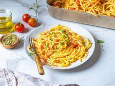 TikTok-trend «Baked feta pasta» | Pasta med bakt feta og tomat | Oppskrift | Meny.no Feta Pasta, Spaghetti, Baking, Ethnic Recipes, Food, Bakken, Eten, Bread, Backen