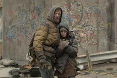 """Viggo Mortensen y Kodi Smith-McPhee en """"La carretera"""" (""""The Road""""). Dirigida por John Hillcoat basada en la novela de Cormac McCarthy."""